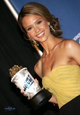 http://websitejessicaalba.free.fr/gallerie-en/albums/ceremony/normal_130606-9.jpg